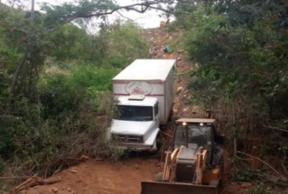 Caminhão baú cai em ribanceira na BA-148 entre Livramento e Rio de Contas