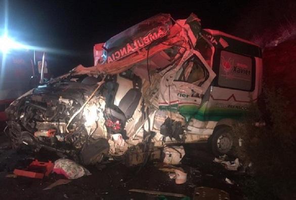 Colisão entre ambulância e carreta deixa feridos e uma pessoa morta na BR-026