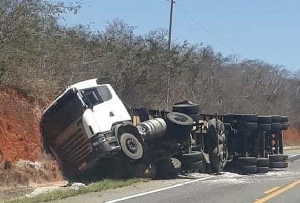 Carreta tomba após perder controle da direção do veículo
