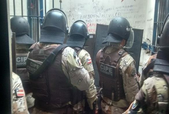 Presos se rebelam em carceragem de delegacia; após revista polícia encontra celulares