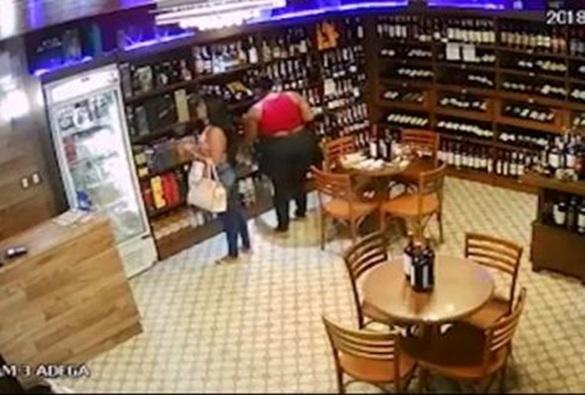 Pai entrega à polícia as filhas que foram flagradas roubando vodca em supermercado