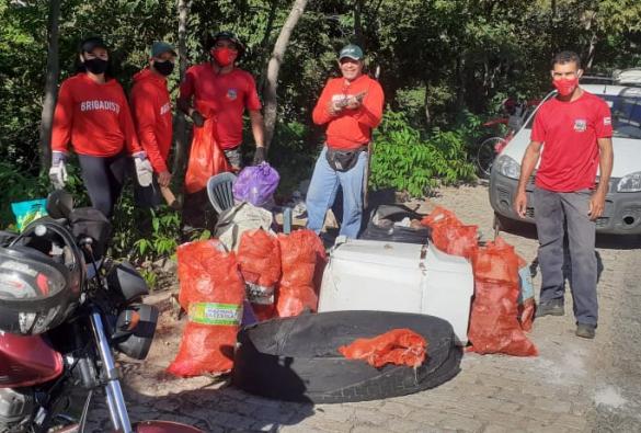 Voluntários recolhem lixo nas proximidades do Balneário Municipal