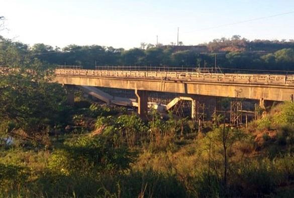 Parte de ponte em construção desmorona na BA-142