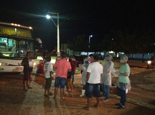 Ação conjunta da PM de Livramento e Caetité intercepta ônibus clandestino que vinha de São Paulo