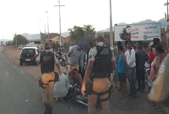 Moto bate em bicicleta e condutores ficam gravemente feridos em Livramento