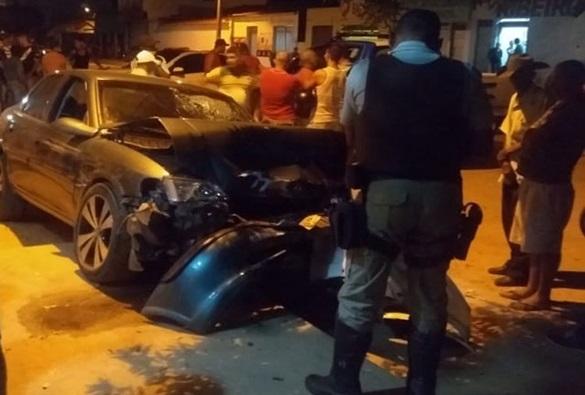 Homem baleado tenta dirigir carro e acaba batendo em árvore em Brumado