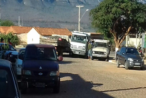 Veículos mal estacionados causam indignação em morador no Bairro Taquari