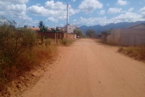 Homem assalta mulher com arma branca em estrada vicinal de Livramento