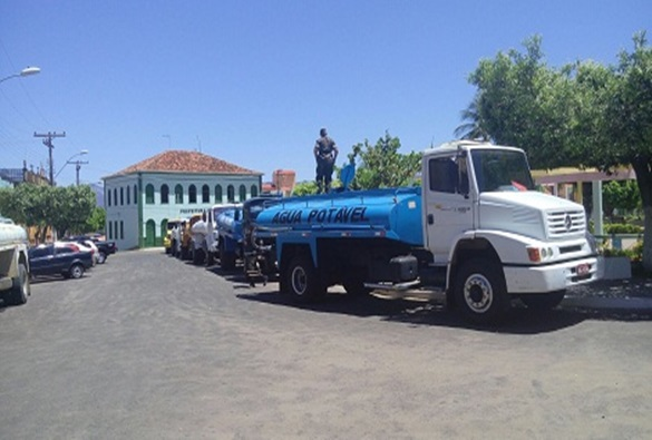 Caminhão-pipa leva água de potabilidade duvidosa