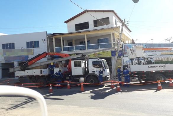 Carreta se choca com poste da rede elétrica e deixa parte do bairro Taquari sem energia