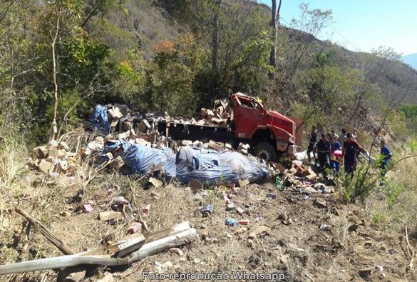 Serra das Almas: Caminhão carregado com produtos de limpeza tomba na Ba-148 e deixa dois feridos