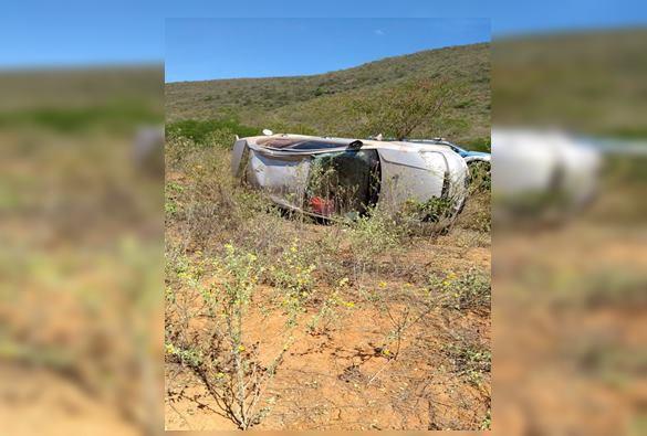 Carro capota na BA-148 após motorista perder o controle da direção
