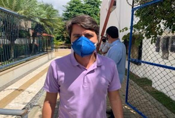Conquista: Caminhão-cegonha tomba na BR-116 e motorista fica preso às ferragens