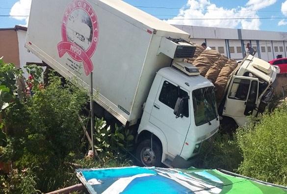 Brumado: Veículo perde o freio e colide com um carro, uma moto e um caminhão na rua da feira