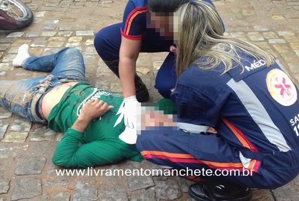 Motociclista é socorrido pelo SAMU após sofrer acidente no centro de Livramento