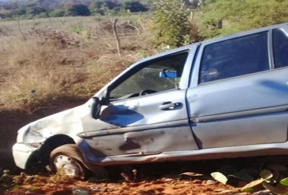 Veículo conduzido por professor tomba na zona rural de Livramento