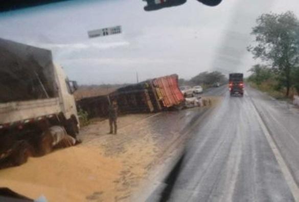 Ibotirama: Três carretas carregadas de soja tombam na BR-242; parte de carga fica espalhada