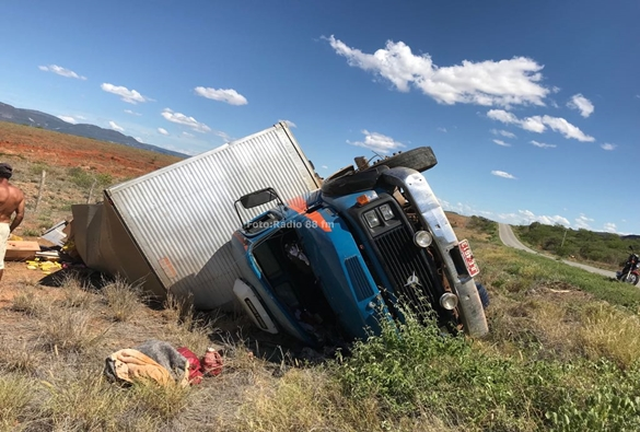 Caminhão tomba na BA-148 nas proximidades do Bairro Osório
