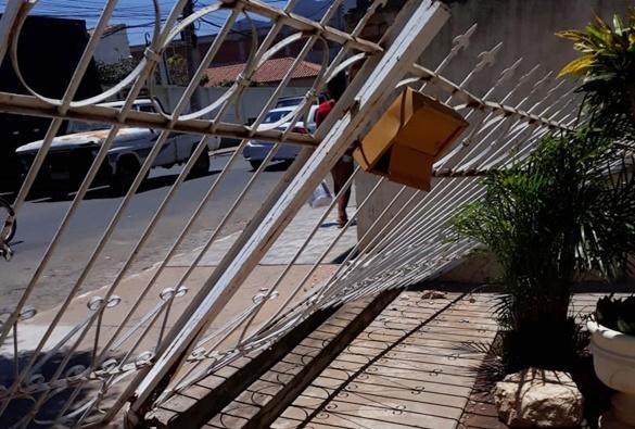 Caminhão baú bate em grade de residência no centro de Livramento de nossa Senhora