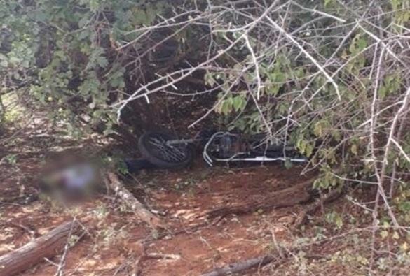 Adolescente de 17 anos morre após colidir moto em poste na BA-940 próximo a Lagoa Real