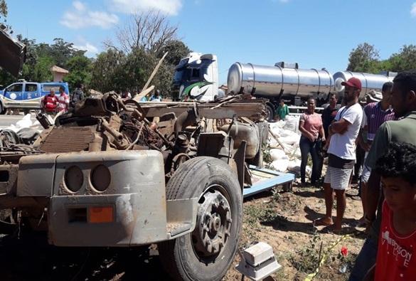 Seabra: Grave batida entre carreta e micro-ônibus deixa mortos e feridos; veículos ficaram destruídos.