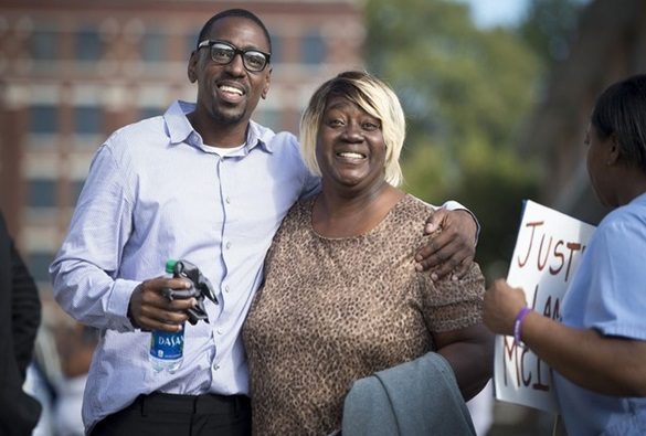 Homem é solto após passar 23 anos na prisão por crime que não cometeu