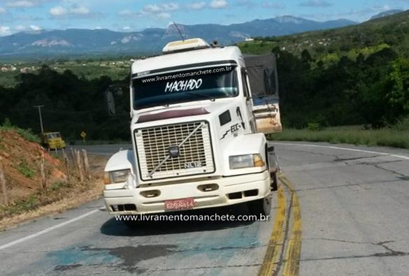Por possível falha mecânica carreta ficou estacionada em plena rodovia BA-148