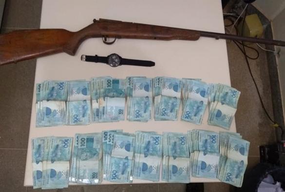 Jovens são presos acusados de roubar dinheiro e deixar vítima amarrada cidade de Paramirim