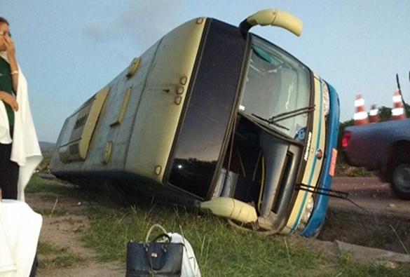 Ônibus da empresa interestadual que fazia linha Paramirim/Salvador tomba na BR-116
