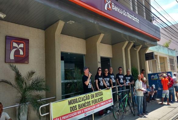 Representantes do sindicato dos bancários realizam manifestação em Brumado
