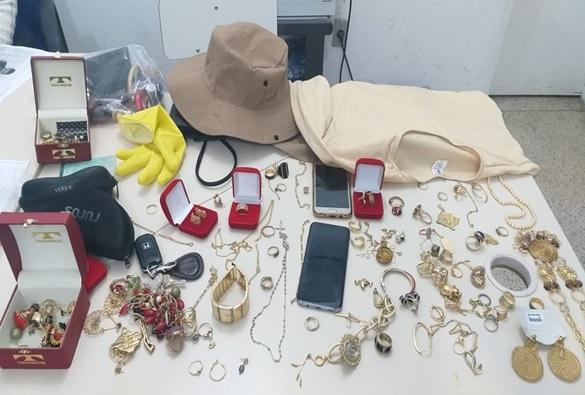 Após se passar por agentes de endemias e roubar R$ 30 mil em jóias, dupla é presa na Bahia