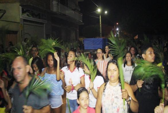 Fiéis católicos participam da procissão de Domingo de Ramos em Livramento