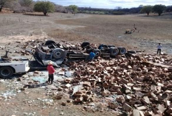 Caminhoneiro livramentense e ajudante ficam feridos após sofrerem acidente próximo ao Distrito de Ibitira