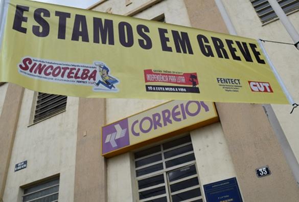 Em greve, carteiros temem fechamento da agência dos correios de Brumado e região