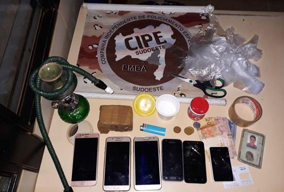 Suspeito de traficar drogas é preso em praça na cidade de Paramirim