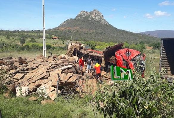 Caminhão com carga de embalagens de papelão capota na 'Curva da Horta' da BA-152