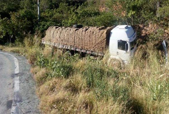 Motorista sai ileso após perder controle de caminhão e sair da pista na Serra das Almas