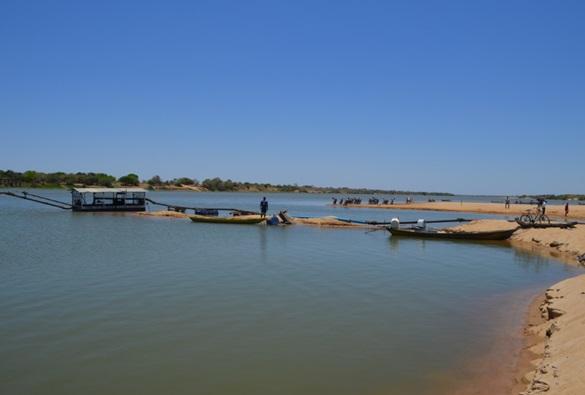 Lapa: Sem sinalização, local do rio São Francisco onde draga retira areia oferece riscos a banhistas