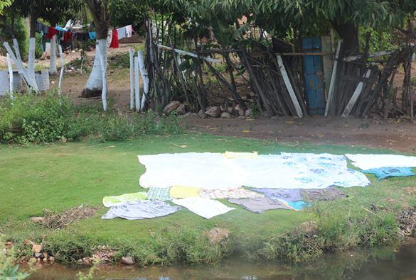 Lavadeiras  reclamam de entulhos lançados às margens do rio da Rua do Areão