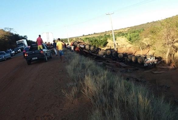 Livramento: Carreta carregada de ração tomba na BA-152; motorista fica preso às ferragens