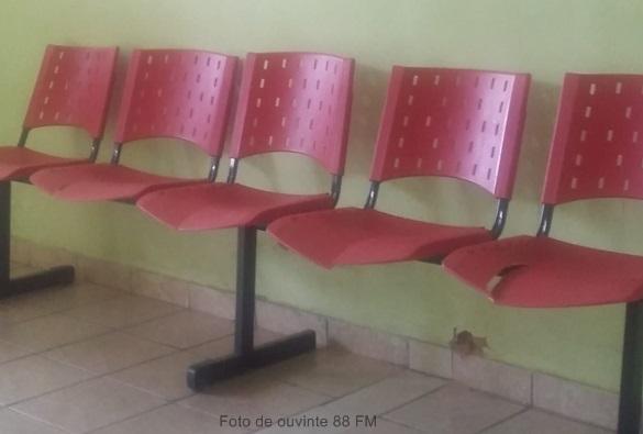 Livramento: No Hospital Municipal usuários alertam para o risco de lesão por cadeiras danificadas