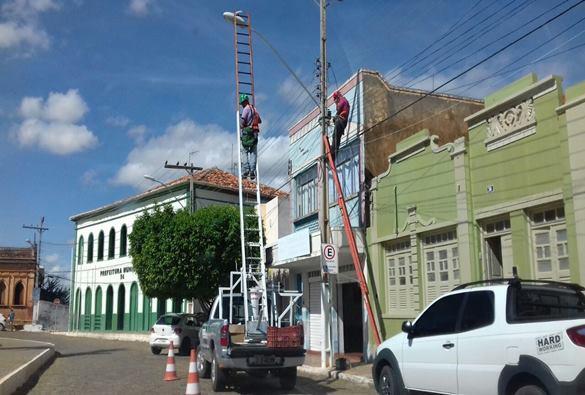Após reclamações da falta de iluminação pública Prefeitura faz substituições de lâmpadas queimadas