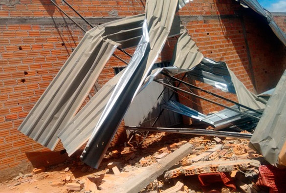 Fortes rajadas de vento causam estrago em Dom Basílio
