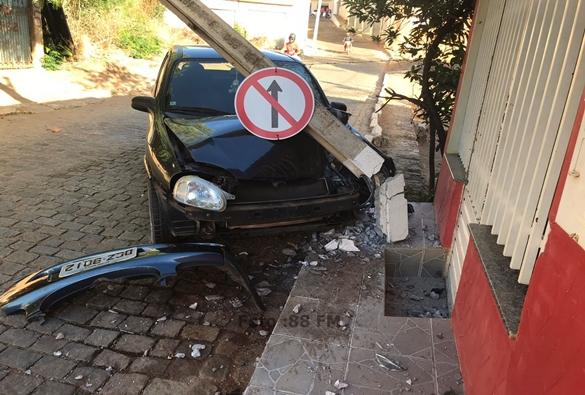 Carro colide contra poste no centro de Livramento